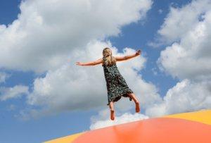 Trampolin springen fördert den Gleichgewichtssinn.
